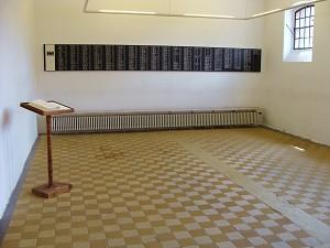 Der Hinrichtungsraum heute: eine Tafel erinnert an die Hingerichteten (Foto: B. Vogel)