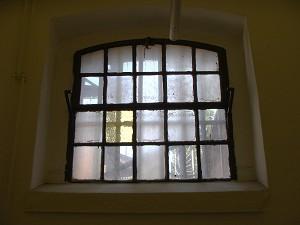 Das Fenster in der Todeszelle mit Milchglasscheiben: nichts sollte den Verurteilten bei seinem letzten Zwiegespräch mit seinem Schöpfer ablenken (Foto: B. Vogel)
