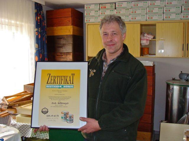 Der Honigschein weist Noltemeyer als zertifizierten Imker aus. (Foto: Birte Vogel)