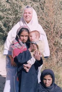 Karla Schefter mit kleinen Patientinnen. (Foto: Chak Hospital)